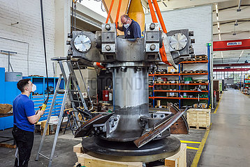 Maschinenfabrik NEA  Mitarbeiter bauen an einer Pendelmuehle  Uebach-Palenberg  Nordrhein-Westfalen  Deutschland