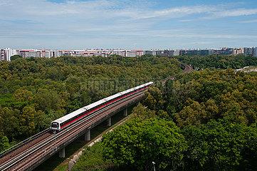Singapur  Republik Singapur  Metro Stadtbahn (MRT) faehrt durch die Parkanlage Tampines Eco Green