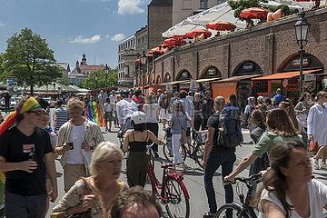 Viktualienmarkt  Metzgerzeile  viele Menschen unterwegs  10.07.2021