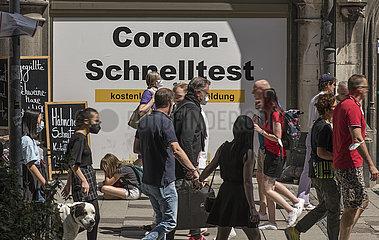 Corona Schnelltest-Stelle am Marienplatz  viele Menschen unterwegs  Muenchen  10.07.2021