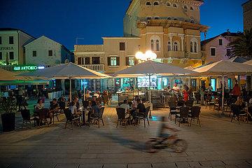 Kroatien  Rab - Touristen und Einheimische geniessen Bewirtung vor Kulisse der Altstadt