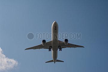 Singapur  Republik Singapur  Boeing 787 Dreamliner Passagierflugzeug der Singapore Airlines beim Landeanflug auf den Flughafen Changi