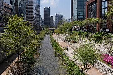 Seoul  Suedkorea  Stadtansicht Cheonggyecheon Wasserlauf mit Spazierweg im Stadtzentrum