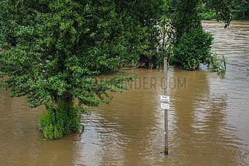 Hochwasser  Baden verboten  Freizeitanlage Ruhrstrand am Ruhrufer ist ueberschwemmt  Muelheim an der Ruhr  Nordrhein-Westfalen  Deutschland
