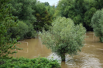 Hochwasser  Freizeitanlage Ruhrstrand am Ruhrufer ist ueberschwemmt  Muelheim an der Ruhr  Nordrhein-Westfalen  Deutschland