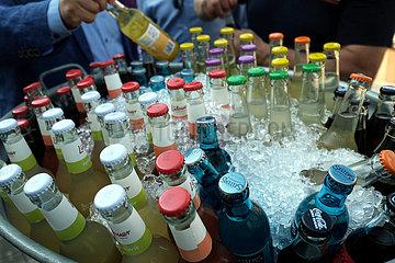 Deutschland  Bremen - eisgekuehlte Limonaden und Mineralwasser bei einer Veranstaltung im Sommer