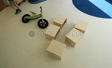 Deutschland  Bremen - Kisten und Fahrrad aus Holz in einer neu eroeffneten Kindertagesstaette