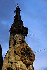 Deutschland  Bremen - Der Roland  ein Wahrzeichen der Hansestadt in der Abenddaemmerung