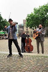 Deutschland  Oldenburg - Roma-Kapelle spielt auf einem Platz in der City fuer etwas Kleingeld