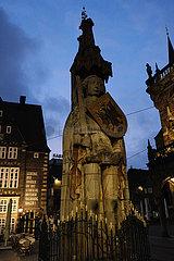 Deutschland  Bremen - Der Roland  ein Wahrzeichen der Hansestadt in der Abenddaemmerung auf dem Marktplatz