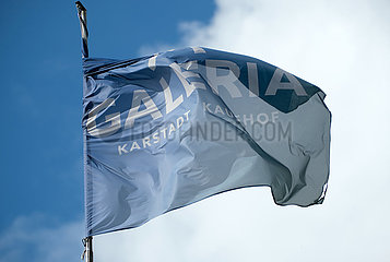 Deutschland  Bremen - Fahne von Galeria Karstadt Kaufhof auf dem Gebauede des Kaufhauses  der Traditionsname Karstad soll bald ganz verschwinden