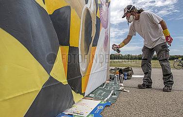 Graffitikuenstler Loomit bei Live Painting auf der Theresienwiese  Muenchen  August 2021