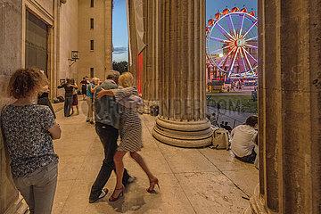 Tango Tanzende  Riesenrad  Koenigsplatz  Sommerabend  Muenchen  August 2021