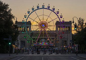 Riesenrad  Koenigsplatz  Sommerabend  Muenchen  August 2021