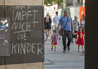 Slogan Impft nicht die Kinder  Graffiti  Muenchener Innenstadt  21. August 2021