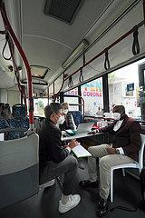 Deutschland  Bremen - Vom DRK betriebenes  mobiles Impfzentrum (Impfmobil) im Stadtteil Huckelriede  Vorbereitungsgespraech in einem umfunktioniertem Linienbus