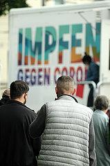 Deutschland  Bremen - Warteschlange vor vom DRK betriebenen  mobilem Impfzentrum (Impfmobil) im Stadtteil Huckelriede