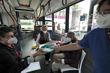 Deutschland  Bremen - Vom DRK betriebenes  mobiles Impfzentrum (Impfmobil) im Stadtteil Huckelriede  Nachschub mit frischen Impfdosen wird gereicht