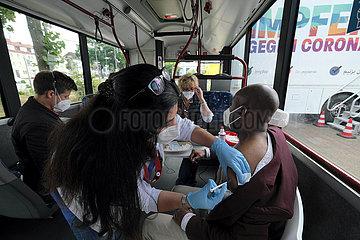 Deutschland  Bremen - Vom DRK betriebenes  mobiles Impfzentrum (Impfmobil) im Stadtteil Huckelriede  Impfung in einem umfunktioniertem Linienbus
