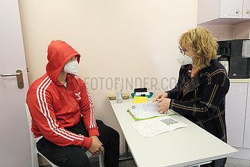 Deutschland  Bremen - Vom DRK betriebenes  mobiles Impfzentrum (Impfmobil) im Stadtteil Huckelriede  Vorbereitungsgespraech mit Aerztin.