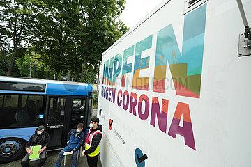 Deutschland  Bremen - Vom DRK betriebenes  mobiles Impfzentrum (Impfmobil) im Stadtteil Huckelriede