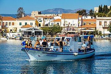 Urlauber mit Maske auf Ausflugsschiff auf der Insel Samos  Insel der Dodekanes