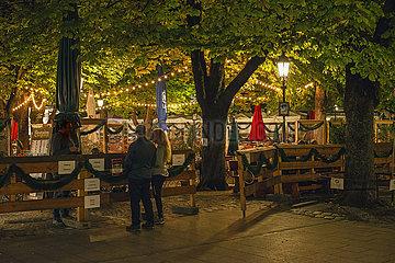 Biergarten am Viktualienmarkt  abends  Muenchen  September 2021