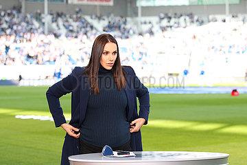 Sportmoderatorin Esther Sedlaczek mit Babybauch im Stadion