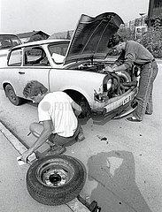 Trabbi-Reparatur auf der Strasse  DDR  1990