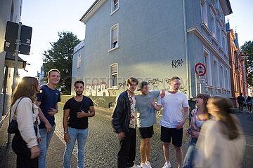 Passanten und Graffitis individuelles Bruchstrassenviertel