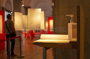 Hygienespender am Eingang einer Ausstellung  Muenchen  September 2021
