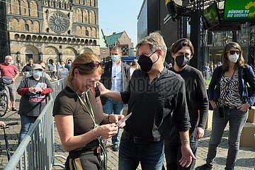 Deutschland  Bremen - Robert Habeck  Co-Vorsitzender von BUENDNIS 90/DIE GRUENEN nach Rede auf dem Marktplatz bei Wahlkampfveranstaltung fuer die Bundestagswahlen 2021