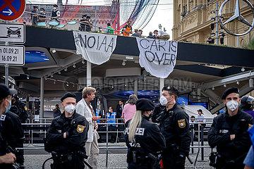 Aktivist*innen blockieren Mercedes Benz Stand auf der IAA
