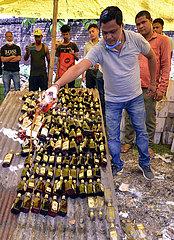 Indien-Guwahati-illegaler Alkohol