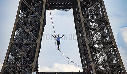 Frankreich-Paris-Eiffel-Tower-Slackline-Nathan Paulin
