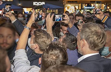 Christian Lindner  FDP-Vorsitzender  mit jungen Waehlern  Wahlkundgebung  Muenchen  21. September 2021