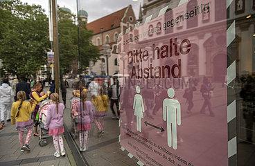Fussgaengerzone  Abstand halten  Muenchener Innenstadt  21. September 2021