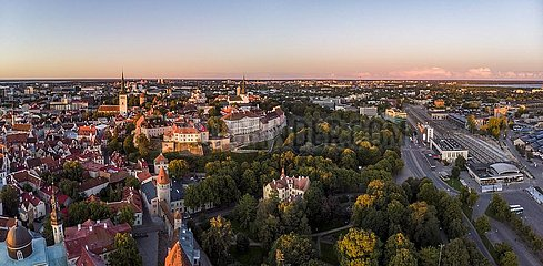 Altstadt mit Riigikantselei (Stenbockhouse)  Regierungssitz  daneben Bahnhof und Stadtmauer  Luftaufnahme  Tallinn  Estland