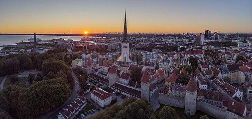 Altstadt mit Oleviste kogudus (Olaikirche)  Tallinna linnamüür (Revaler Stadtbefestigung) und Mauertürmen  Luftaufnahme  Tallinn  Estland