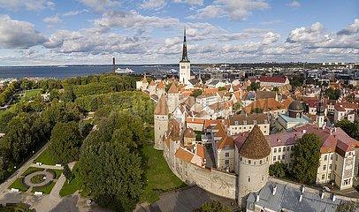 Stadtmauer  Revaler Stadtbefestigung (Tallinna linnamüür) mit Mauertürmen und Olaikirche (Oleviste kogudus)  Tallinn  Estland