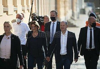 Olaf Scholz am 26.9. in Potsdam auf dem Weg ins Wahllokal