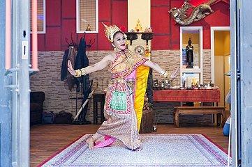 buddhistische Einweihungszeromonie Tänzerin