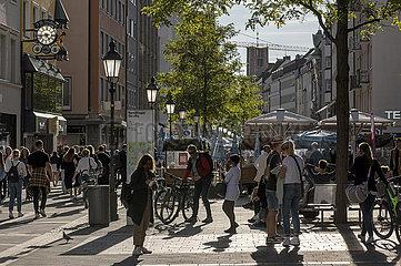 Sendlinger Straße  Einkaufsstrasse  viele Muenchener unterwegs  Alltag  Oktober 2021