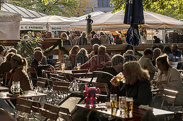 Biergarten am Viktualienmarkt  Muenchen  Oktober 2021