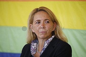 Uebergabe von Spenden-Schecks an Hilfsprojekte fuer Homosexuelle  Komoedie am Kurfuerstendamm im Schiller Theater