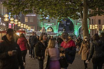 Fussgaengerzone  Neuhauser Strasse  Muenchen  6. Oktober 2021  abends