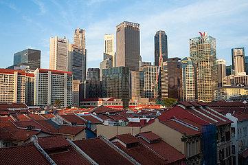 Singapur  Republik Singapur  Stadtansicht ueber die Daecher in Chinatown auf Wolkenkratzer im Geschaeftszentrum