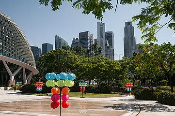 Singapur  Republik Singapur  Stadtansicht mit Wolkenkratzern des Geschaeftsviertels waehrend Corona-Krise