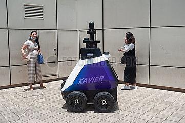 Singapur  Republik Singapur  HTX autonomer Roboter auf Streife vor einem Einkaufszentrum in einer Wohngegend