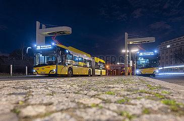 Deutschland  Berlin - elektrische Gelenkbusse der polnischen Firma Solaris an der Ladestation